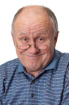 Uomo anziano calvo scherzare.