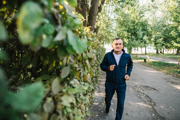 Uomo anziano che corre all'aperto nell'estate