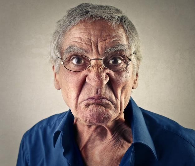 Uomo anziano che fa una faccia ironica