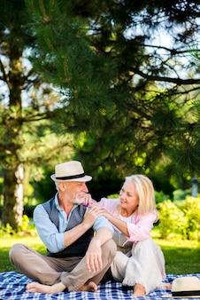 Uomo anziano che guarda la sua donna