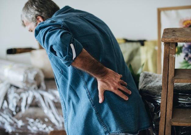 Uomo anziano che ha mal di schiena