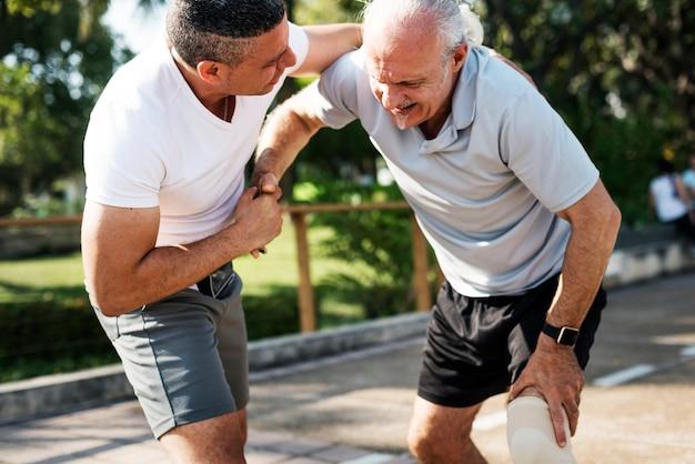 Uomo anziano che ha una ferita al ginocchio