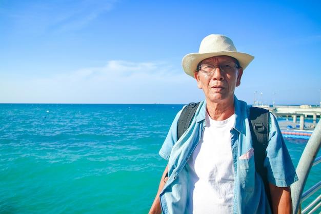 Uomo anziano che indossa un cappello felice di viaggiare