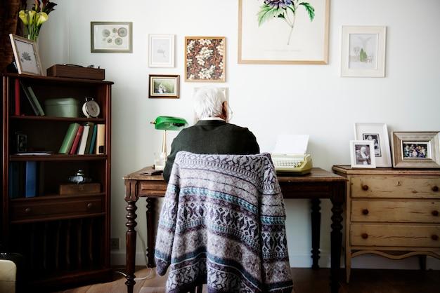 Uomo anziano che lavora