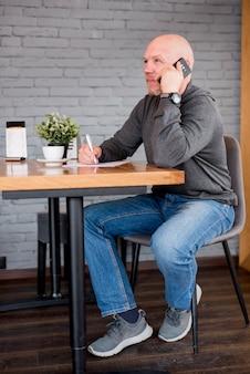 Uomo anziano che parla per telefono