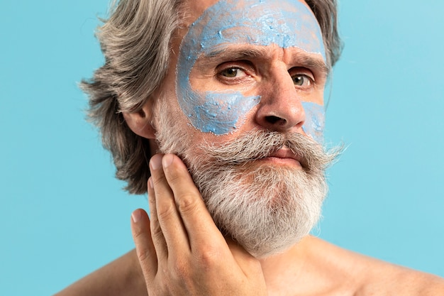 Uomo anziano con barba e maschera facciale