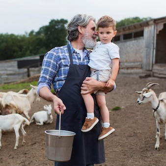 Uomo anziano con il nipote