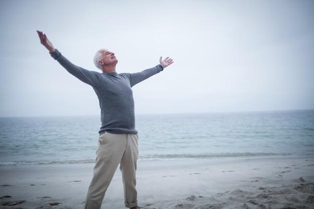 Uomo anziano con le braccia aperte