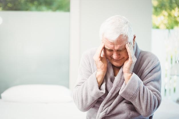 Uomo anziano con mal di testa