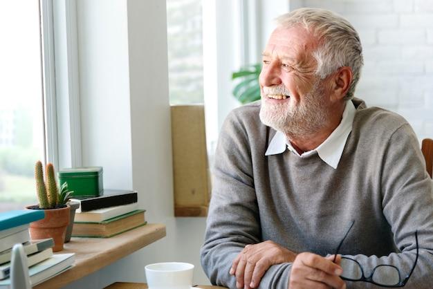 Uomo anziano felice