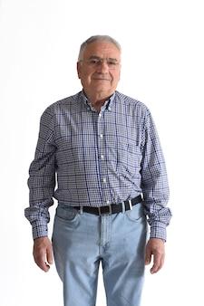 Uomo anziano isolato su bianco
