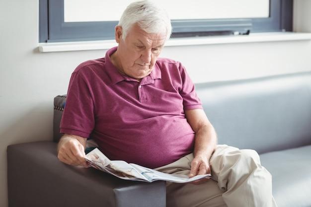 Uomo anziano, leggendo il giornale
