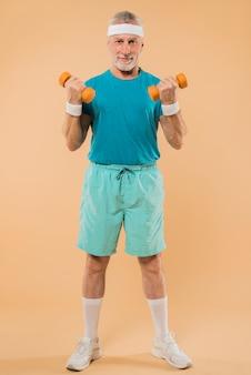 Uomo anziano moderno allenamento con manubri