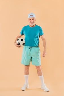 Uomo anziano moderno con il calcio