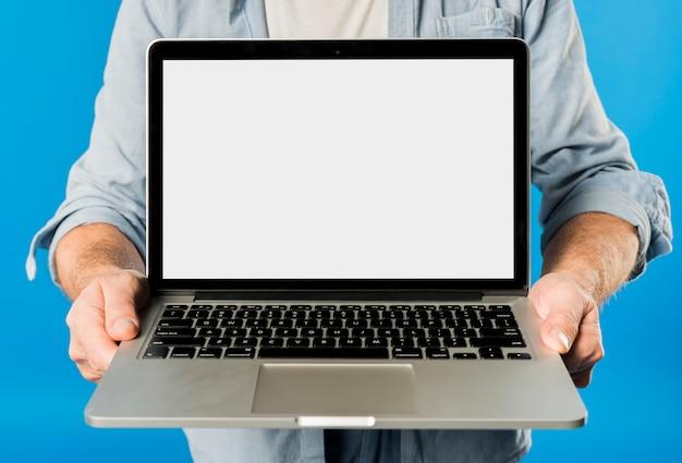 Uomo anziano moderno con laptop