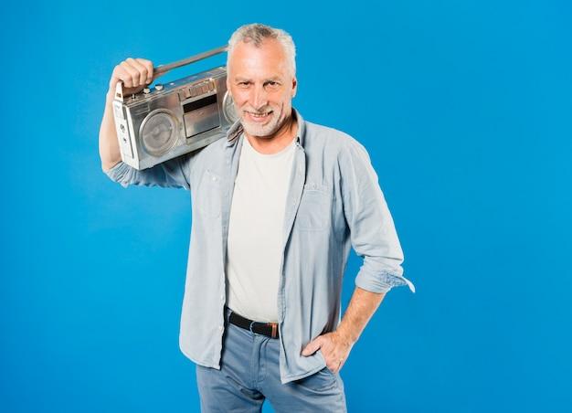 Uomo anziano moderno con radio d'epoca