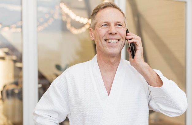 Uomo anziano parlando al telefono