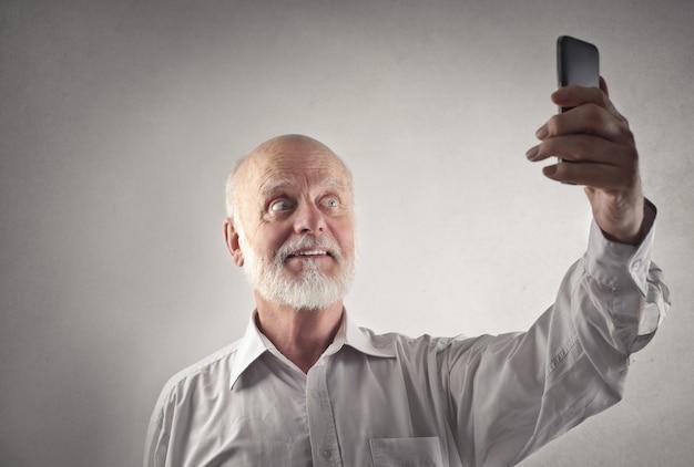 Uomo anziano prendendo un selfie