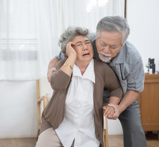 Uomo anziano sé sua moglie dal problema di mal di testa