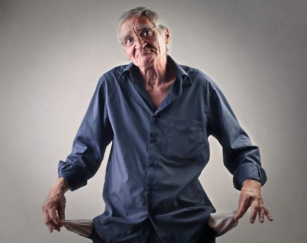 Uomo anziano senza soldi