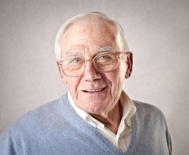 Uomo anziano sorridente