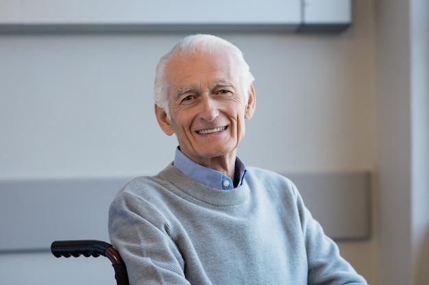 Uomo anziano su sedia a rotelle