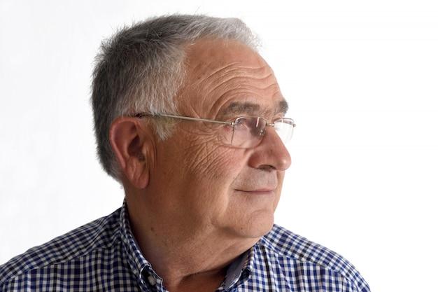 Uomo anziano su sfondo bianco