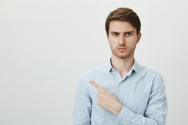 Uomo arrabbiato e frustrato con il dito puntato setola nell'angolo superiore sinistro