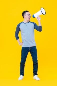 Uomo asiatico che grida sul magaphone