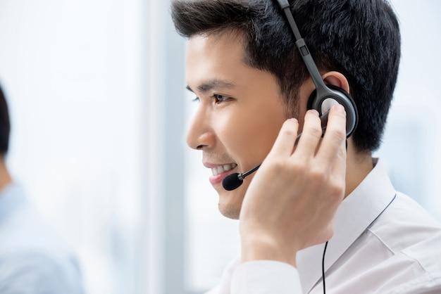 Uomo asiatico che lavora nell'ufficio della call center