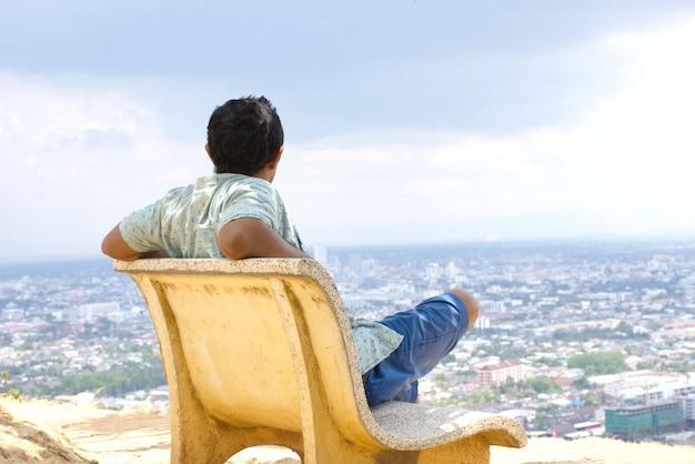 Uomo asiatico che osserva vista della città dell'asia