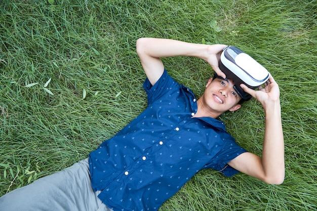 Uomo asiatico che utilizza l'auricolare realtà virtuale