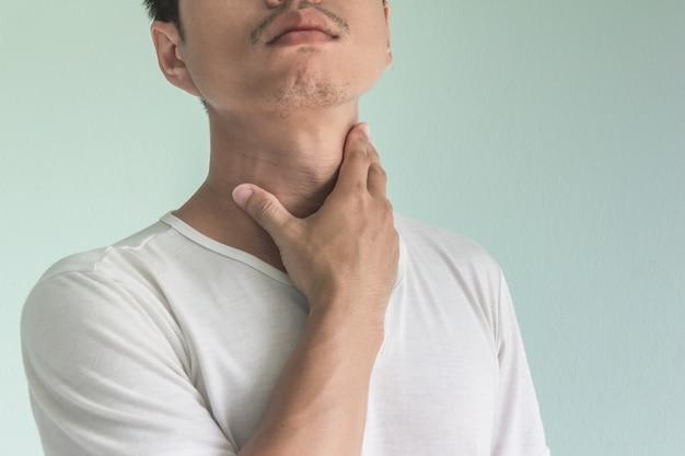 Uomo asiatico con mal di gola