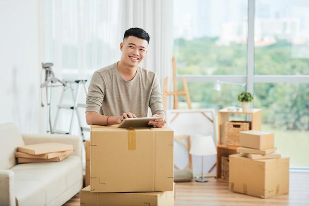 Uomo asiatico con scatole imballate