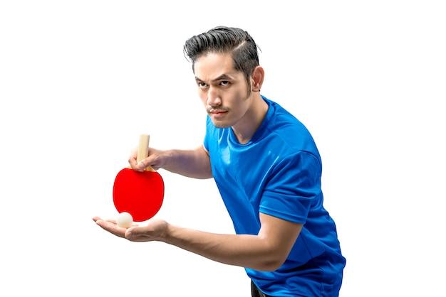 Uomo asiatico del giocatore di ping-pong nella posizione di servizio