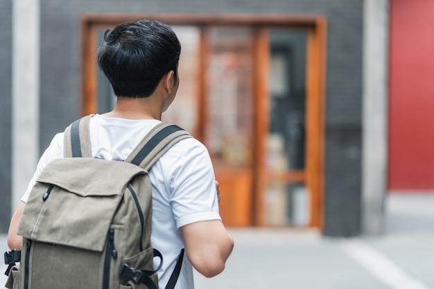 Uomo asiatico del viaggiatore che viaggia e che cammina a pechino, cina