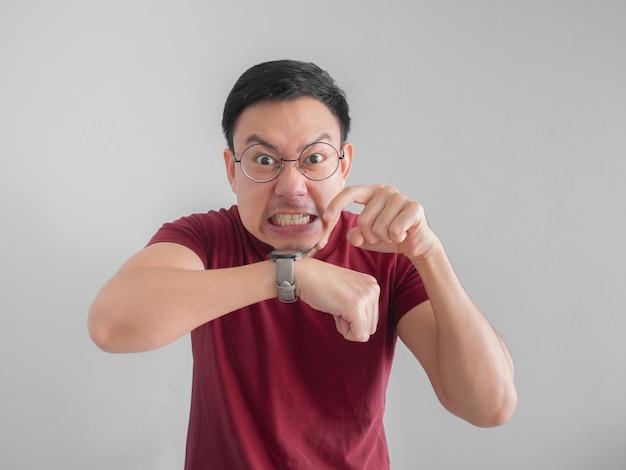Uomo asiatico frustrato e arrabbiato che in attesa di un amico che in ritardo per un appuntamento.