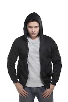 Uomo asiatico in maglia con cappuccio