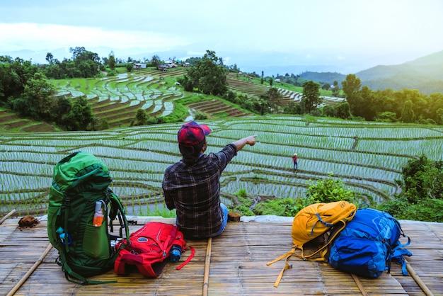 Uomo asiatico in un campo nel moutain in tailandia.