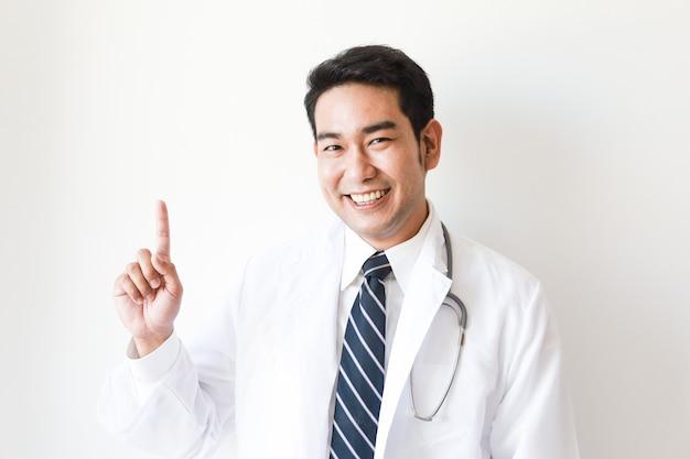 Uomo asiatico in uniforme del medico in ospedale