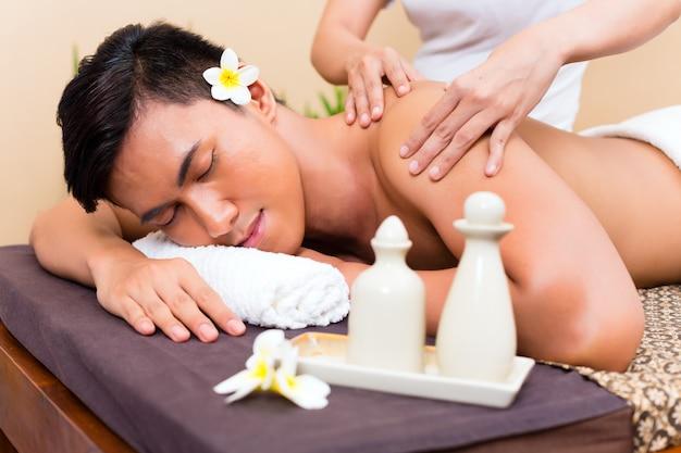 Uomo asiatico indonesiano al massaggio benessere