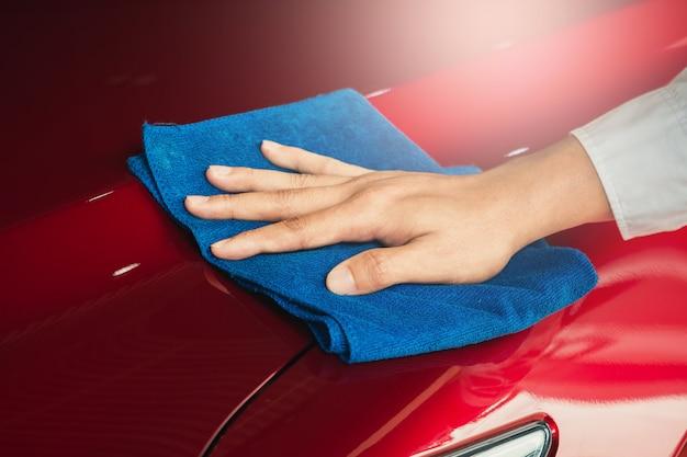 Uomo asiatico ispezione e pulizia attrezzature lavaggio auto