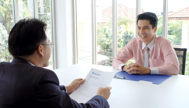 Uomo asiatico nell'intervista di lavoro all'ufficio