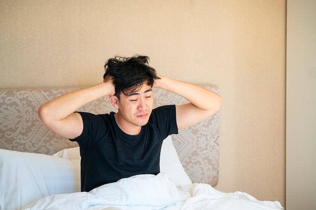 Uomo asiatico svegliarsi la mattina