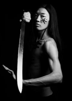 Uomo asiatico uomo asiatico con la katana