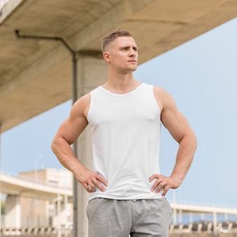Uomo atletico che osserva via