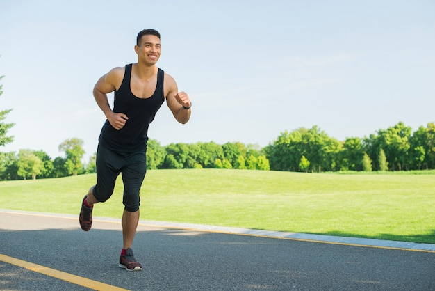 Uomo atletico che pratica sport all'aperto