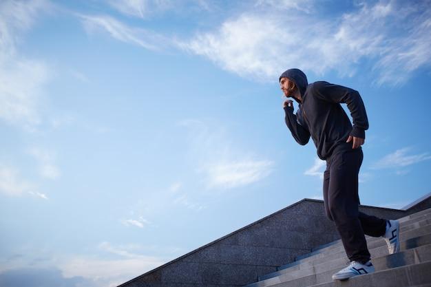 Uomo atletico jogging all'aperto