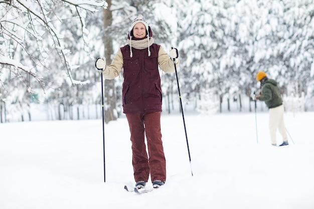 Uomo attivo sci nella foresta