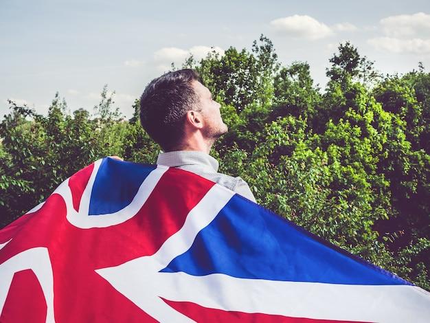 Uomo attraente che tiene bandiera britannica